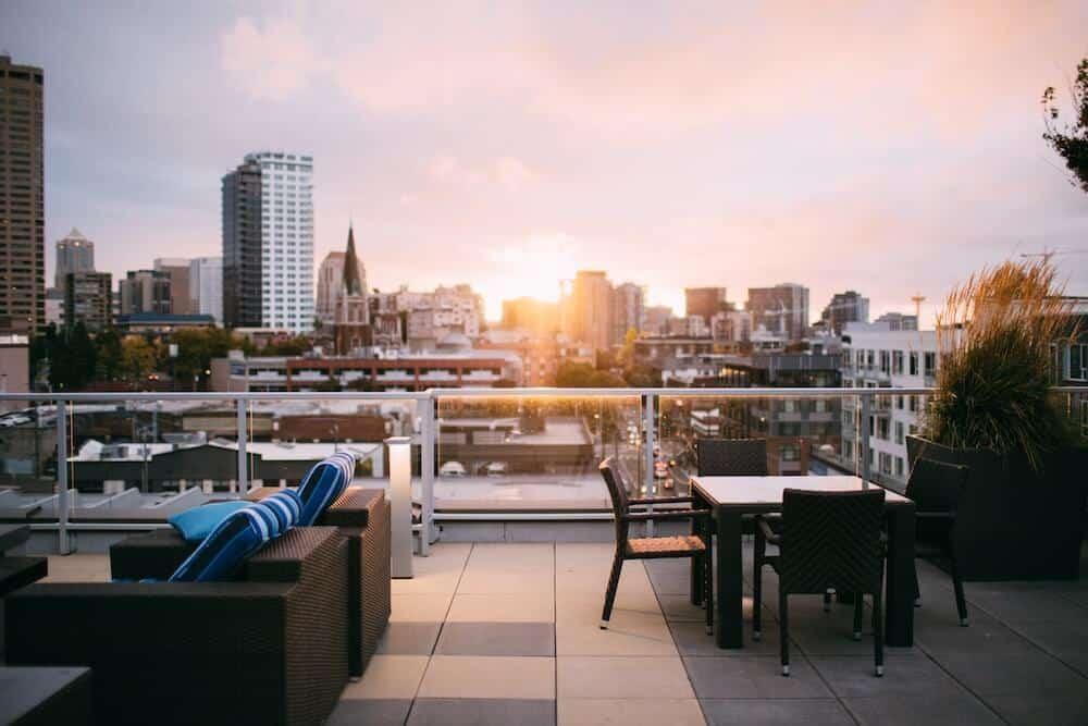 Rooftop Bar Chillen Sommer warm Sonnenschein